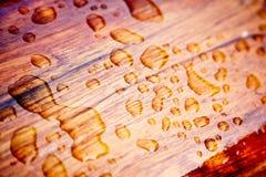 De dalingen van de regen op een verzegeld hout Royalty-vrije Stock Foto's