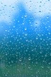 De dalingen van de regen op glasvenster Stock Afbeeldingen
