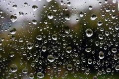 De dalingen van de regen op glasvenster Stock Foto