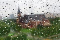 De dalingen van de regen op glasvenster Stock Foto's