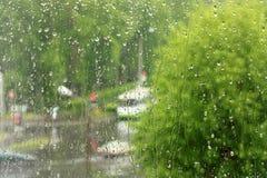 De dalingen van de regen op het glasvenster Royalty-vrije Stock Foto's