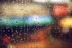 De dalingen van de regen op het venster De abstracte achtergrond van de kleurentextuur Stock Afbeeldingen