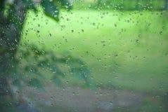 De dalingen van de regen op venster Royalty-vrije Stock Afbeeldingen