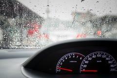De dalingen van de regen op windscherm Stock Foto