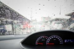 De dalingen van de regen op windscherm Stock Afbeeldingen