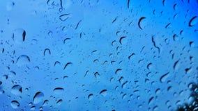 De dalingen van de regen op windscherm stock fotografie