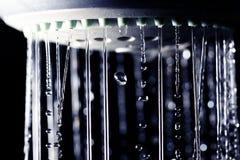 De dalingen van het douchewater op zwarte achtergrond Royalty-vrije Stock Fotografie