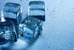 De dalingen van het ijsblokje en van het water Stock Afbeelding