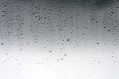 De dalingen van het regenwater op het glasvenster Royalty-vrije Stock Foto