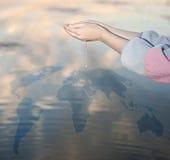 De dalingen van het water in handen Royalty-vrije Stock Fotografie