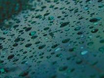 De Dalingen van het water op Glas Stock Foto's