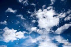 De Dalingen van het water op Glas Overzees, Hemel Wolken Stock Afbeeldingen