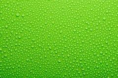 De dalingen van het water op groen Stock Afbeelding