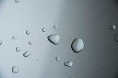 De dalingen van het water op metaal Royalty-vrije Stock Foto's