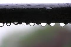 De dalingen van het water op metaalstaaf stock foto's