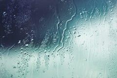 De dalingen van het water op venster Stock Foto's