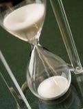 De Dalingen van het zand neer door een Glas van het Uur van het Kristal Stock Foto's