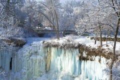De dalingen van Minnehaha, voetgangersbrug, de winter Stock Foto