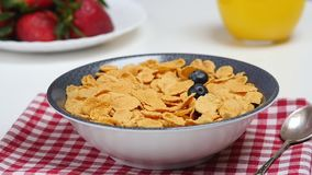 De dalingen van ontbijtbessen neer in kom met cornflakes stock video