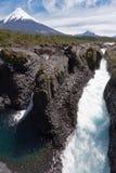 De Dalingen van Petrohue en Vulkaan Osorno in Chili Royalty-vrije Stock Fotografie
