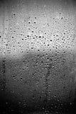 De dalingen van de regen op glas stock fotografie