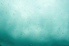 De dalingen van de regen op glas Bewolkte hemelachtergrond Royalty-vrije Stock Afbeeldingen