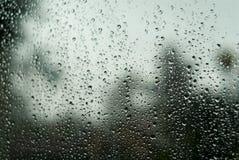 De dalingen van de regen op het glas Stock Afbeeldingen