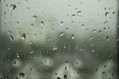 De dalingen van de regen op het glas Stock Afbeelding
