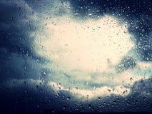 De dalingen van de regen op het glas De hemel verklaart na de regen Shini Royalty-vrije Stock Afbeeldingen