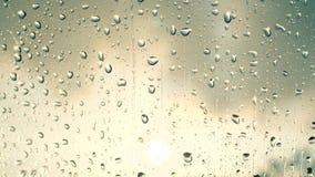 De dalingen van de regen op het glas stock videobeelden