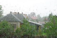 De dalingen van de regen op vensterglas stock foto