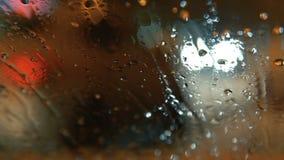 De dalingen van de regen op windscherm stock video