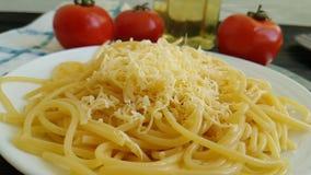 De dalingenkaas van de spaghettiplaat, heerlijke slow-motion stock video