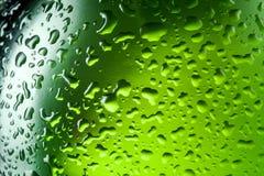 De dalingentextuur van het water op de fles bier. Abstracte achtergrond Royalty-vrije Stock Fotografie
