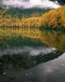 De dalingslandschap van het meer en van de berg in Alaska Stock Afbeeldingen