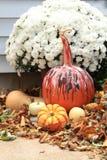 De dalingsvertoning met pompoen voor Halloween mums, pompoenen en daling dichtbij wordt verfraaid die gaat weg Royalty-vrije Stock Fotografie