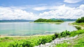 De Dam & het Reservoir van Krachan van Kaeng Royalty-vrije Stock Afbeeldingen