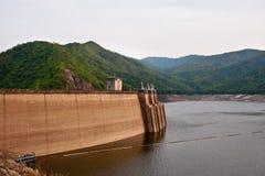 De dam Bhumibol in Thailand. Royalty-vrije Stock Foto's
