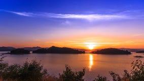 De Dam en het meer in zonsondergangtijd, in Thailand stock footage