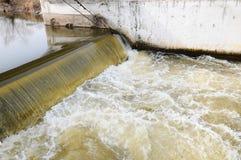 De dam op de rivier Stock Fotografie
