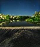 De dam op de rivier in Pskov Royalty-vrije Stock Afbeeldingen
