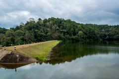 De Dam in de vallei met gang voor het kamperen Stock Fotografie