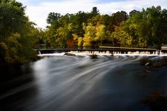 De dam van de Contoocookrivier en waterstroom stock foto's