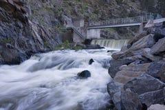 De dam van de afleidingsactie op een bergrivier die diep stroomt in, Royalty-vrije Stock Fotografie