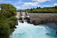 De dam van de Aratiatiastroomversnelling op Waikato-rivier met water wordt geopend die door breken die Royalty-vrije Stock Foto's