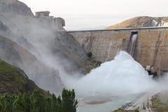 De dam van het Kirovreservoir Gebouwde 1965 - 1975, het gezicht van Lenin ` s op de advertentie Stock Fotografie