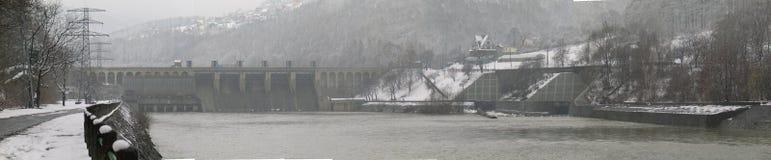De dam van het water bij mist royalty-vrije stock afbeeldingen