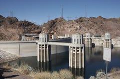 De dam van Hoover en zijn opnametorens Stock Afbeeldingen