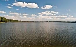 De dam van Jeziororybnickie met fabriekenschoorsteen Stock Afbeelding