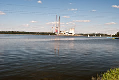 De dam van Jeziororybnickie met fabriekenschoorsteen Stock Foto's